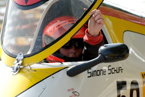 Simone Schuft im Cockpit ihres schicken Powerboots.