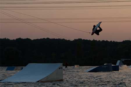 Ein Muss für Wakeboarderinnen, die sich einen langen Urlaub nicht leisten können: Die Wasserski-Anlage Langenfeld. Foto: DWWV
