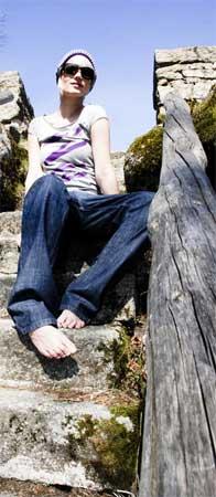 Feminin geschnitten und mit Öko-Baumwolle produziert: Die T-Shirts von Remain Insane. Fotos: Dejan Tolo