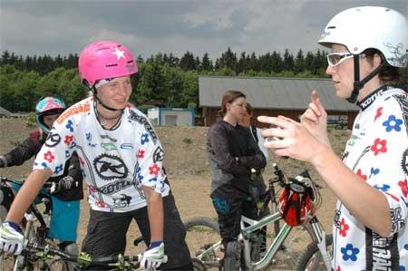 Das Power Flower Team bietet auch 2012 Fahrtechnik-Seminare an. XsportSisters waren im vergangenen Jahr in Winterberg, um ein Seminar zu testen. Hier der Bericht samt neuer Termine.