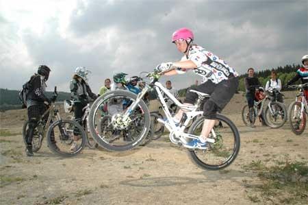 Wer einen Drop meistern will, muss in der Lage sein, das Vorderrad ordentlich hochzuziehen. Tine macht's vor. Foto: L. Muscutt