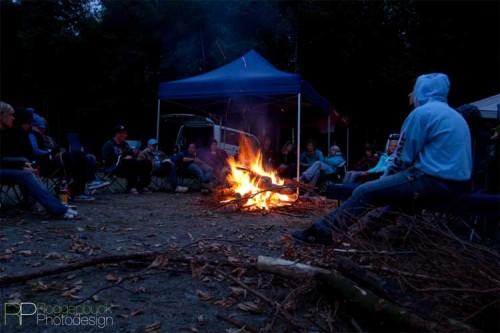 Die Abendstimmung genossen die Frauen am Lagerfeuer und ließen die Trails Revue passieren. Foto: Oliver Roggenbuck / Roggenbuck Photodesign