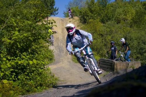 Daniela Möllmann ist gerne mit Freundin Julia in Bikeparks unterwegs. Foto: privat