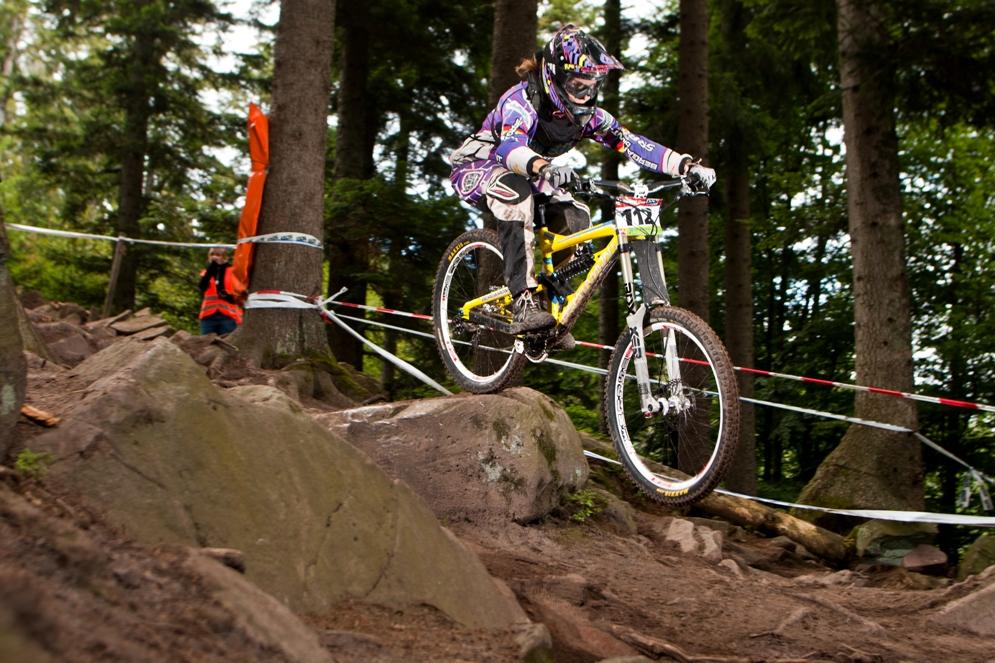 Zum zweiten Mal in Folge hat sie sich den Titel geholt: Mountainbikerin Harriet Rücknagel (22) ist Deutschlands schnellste Downhillerin.