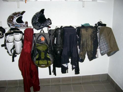 Urlaub mit der Freundin - aber bitte mit Schlamm! Klamotten tropfen nach der Tour im Trockenraum. Foto: C. Gottwald