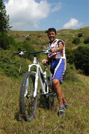 Zeigt her eure Wunde: MTB-Guide Angelo nach einer Freeride-Tour beim Monte Grande. Foto: L. Muscutt