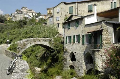 Kein Bilderbuch, sondern Wirklichkeit: Eine alte Brücke führt über den Prino in Dolcedo. Foto: Lilian Muscutt