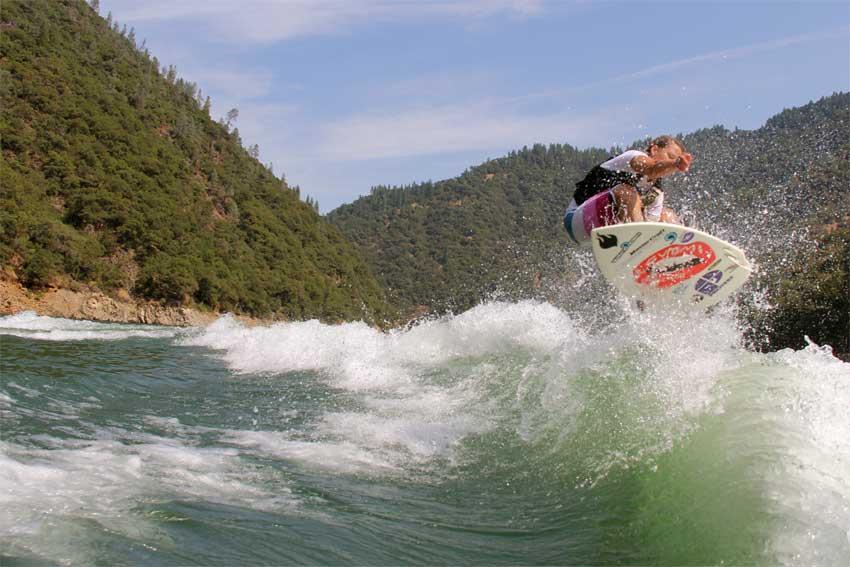 Der See ist ihr Zuhause: Wakesurferin Korina Smyrek (33)  bereitet sich in den USA auf die Weltmeisterschaften vor, die vom 23. bis 24. September 2011 auf dem Colorado River ausgetragen werden.