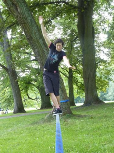 Sonja balanciert auf einem Seil. Gar nicht so leicht.