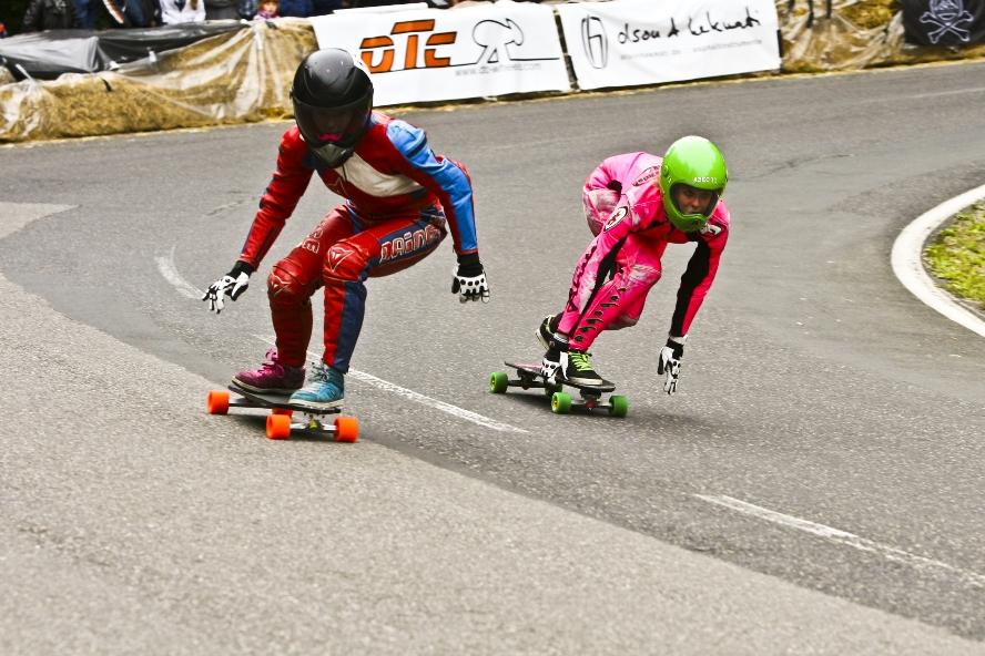 Rebekka Gemperle ist kaum zu bremsen. Im Skateboard Downhill Worldcup fuhr die Bernerin auf Platz 2. Am Start des Insul Cups, hoch über dem Eifeldorf, wärmt sich Rebekka Gemperle in ihrem neonpinken Kombi für die Rennen der Frauenklasse auf.