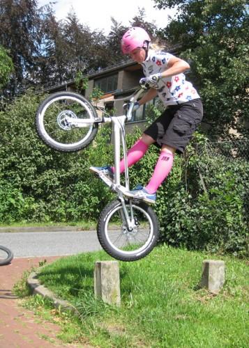 Ui, macht das Spaß! Im Basislager sind für Ann-Christin Gleichgewichtsübungen auf dem Hinterrad angesagt. Foto: S. Granzow