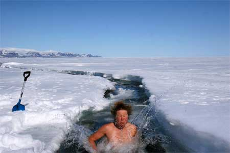 Das nennen wir hart im Nehmen: Ein Eisbad in der Eiswüste! Pressefoto / European Outdoor Film Festival 2012
