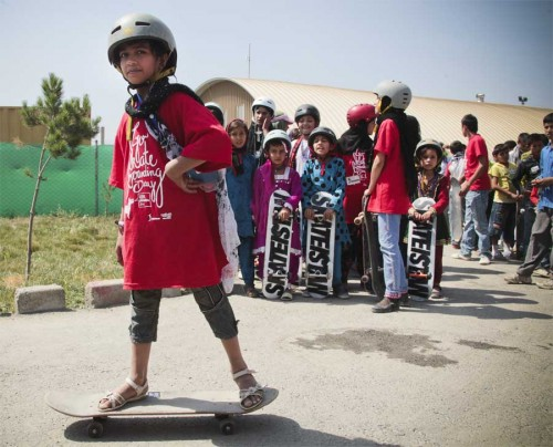 Jungs und Mädchen lernen Skateboardfahren, wie hier in Kabul - dank Skateistan. Das hat viele positive Auswirkungen auf den Alltag der Kinder - und vor allem der Mädchen. Foto: Skateistan