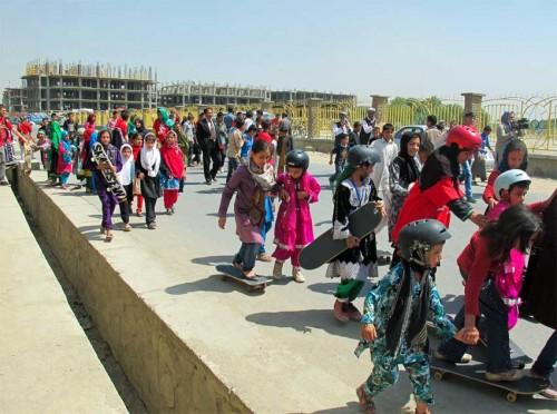 """Bei Skateistan werden Skateboard-Ausrüstung und traditionelle Kleidung kombiniert, wie bei diesen Mädchen. Das Skateistan-Team will der Bevölkerung keinen """"westlichen Stil"""" aufzwängen. Foto: Skateistan"""