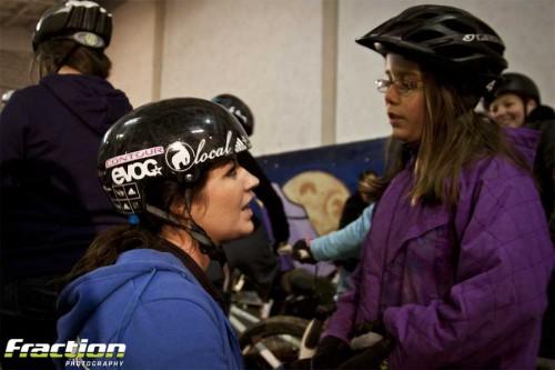 Ana und Marina gaben den jungen Fahrerinnen Technik-Tipps. Foto: Fraction Photography