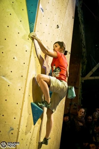 Jule Wurm in Action bei der Boulder League. Foto: Schollefoto