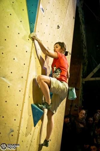 Jule Wurm in Action bei der Boulder League. Foto: Schollefoto