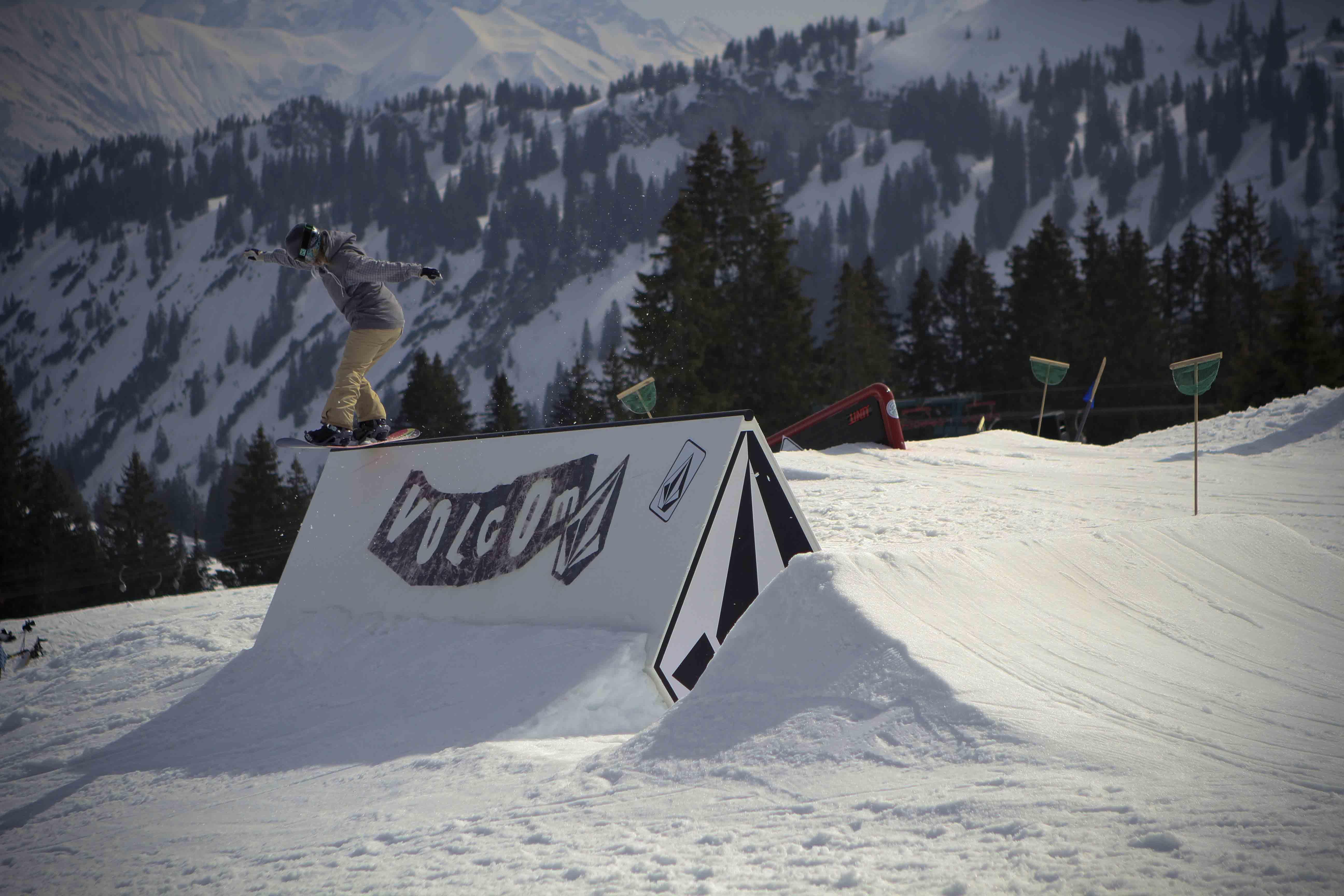 Frontside Lipslide in Grasgehren beim PBRJ / Photo: Max Born