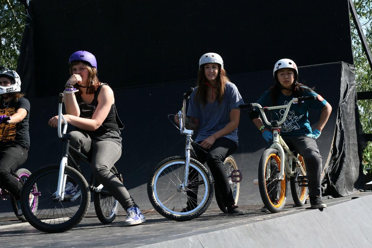 Angie Marino (Mitte) und Mini Park (rechts) bei den BMX Masters 2011 / Schollefoto